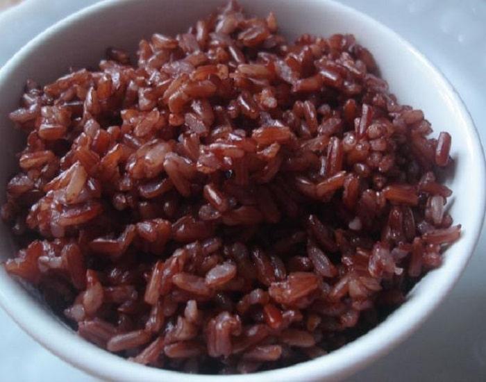 1 chén cơm gạo lứt chứa tầm 150-200 calo.