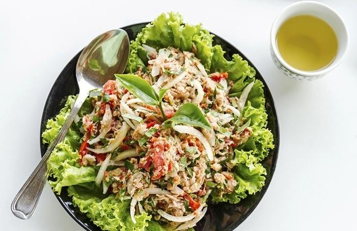 Cháo yến mạch và salad hành tây, cà chua.