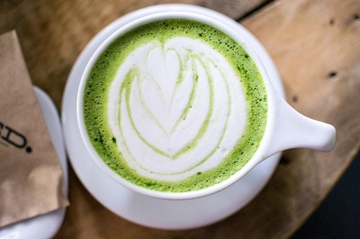 Giảm cân đẹp da với bột trà xanh và sữa tươi ít béo.
