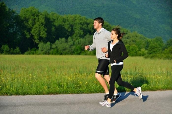 Chạy bộ mỗi ngày để có sức khỏe tốt.