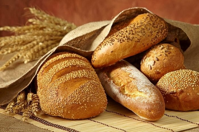 Bánh mì yến mạch chứa nhiều axit béo thiết yếu làm giảm cholesterol.