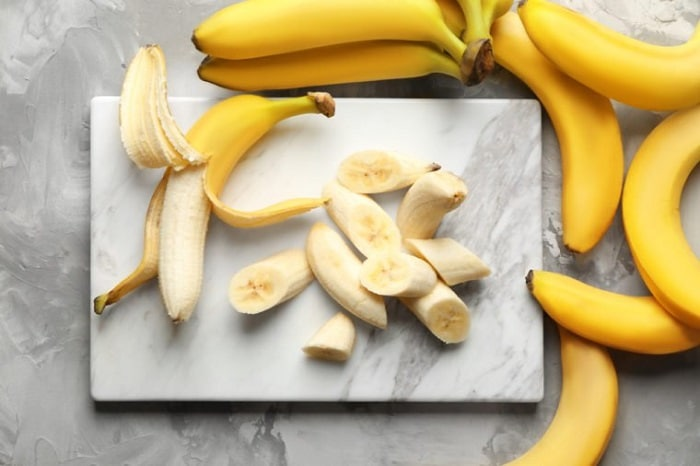 Ăn 1 trái chuối và 1 ly nước ấm cho buổi sáng giảm cân của bạn.