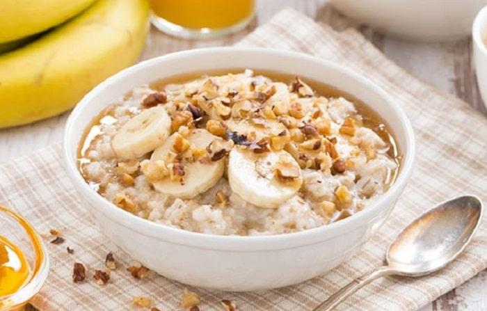 Cháo yến mạch cùng chuối là gợi ý cho thực đơn giảm cân bữa sáng của bạn.