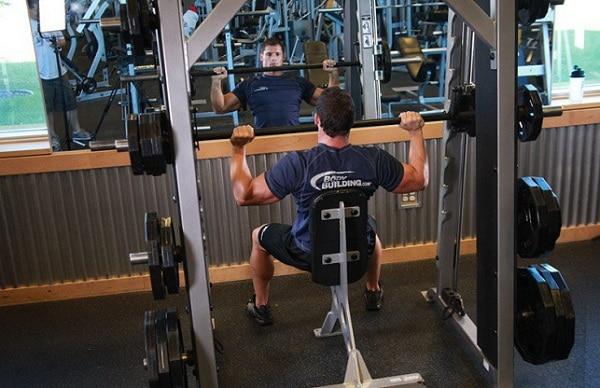 Tập cơ vai với máy – Đẩy vai nâng tạ