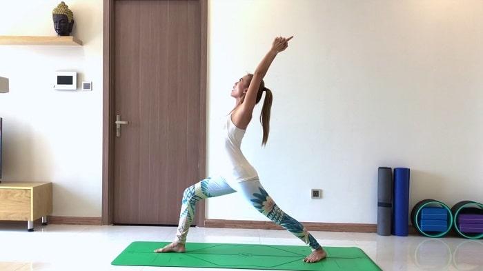Tư thế chiến binh 1 trong bài tập yoga giảm cân, giảm béo.