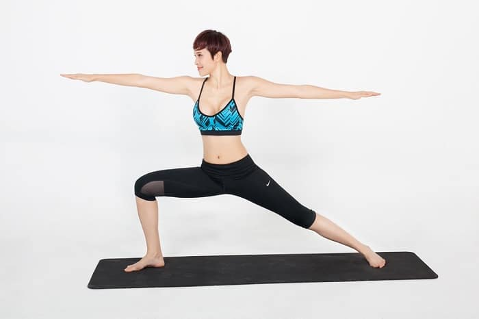 Tư thế chuẩn của bài tập yoga tại nhà tư thế chiến binh 2.