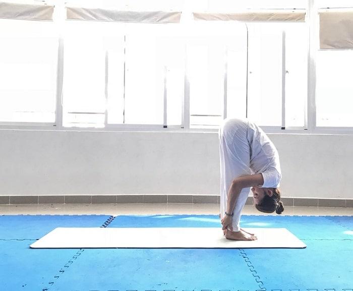 Bài tập yoga giảm cân tại nhà này bạn cũng nên lưu ý rằng luôn giữ căng phần lưng.