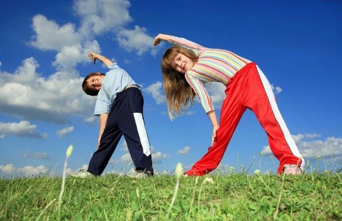 Khuyến khích trẻ em tập thể dục thường xuyên.
