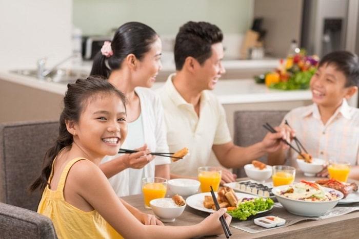 Thay đổi thói quen ăn uống của gia đình cũng như thời gian cụ thể giữa các bữa ăn cũng là cách giảm cân cho trẻ em.