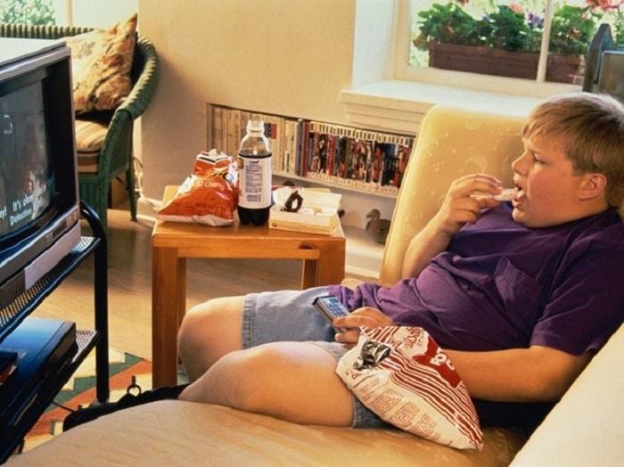 Hạn chế trẻ xem TV cũng như ăn uống khi xem TV.