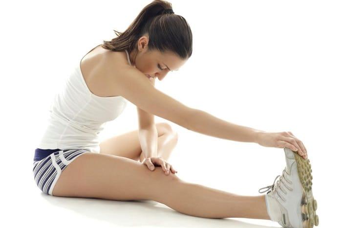 Thực hiện các bài tập kéo giãn cơ giúp tăng trưởng chiều cao ở tuổi dậy thì.