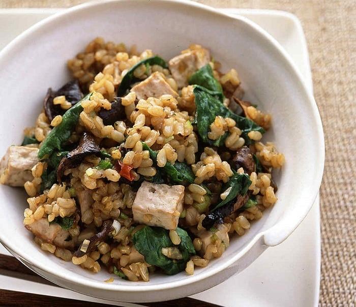 Chế độ ăn chay cho người tập gym với gạo lứt và đậu hũ.