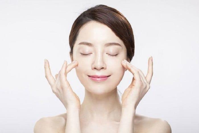 Không nên đắp liền sau khi rửa mặt, mà phải để da tự khô hoặc bạn có thể dùng toner sau khi rửa mặt.