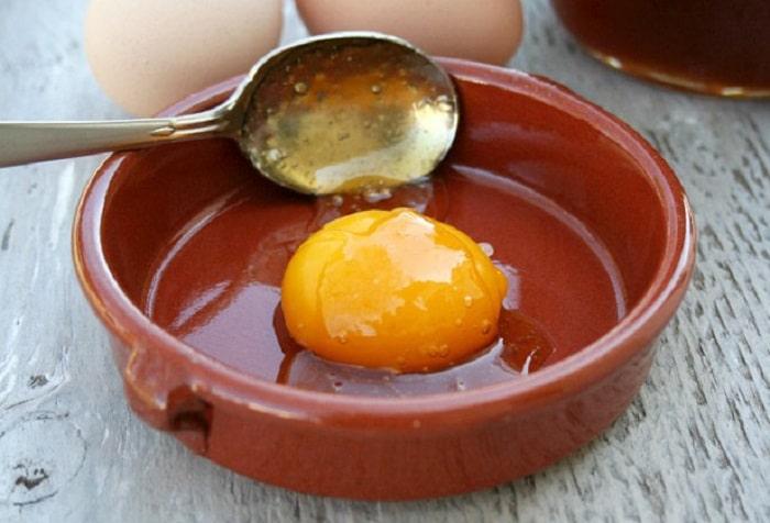 Tác dụng của lòng đỏ trứng gà ngâm mật ong là hỗ trợ điều trị viêm loét dạ dày.