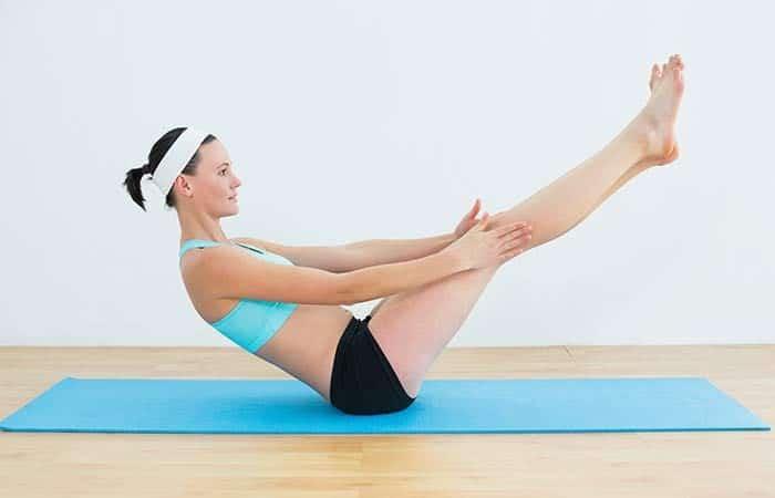 Tập yoga giảm cân với tư thế con thuyền.