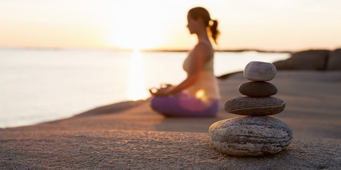 Tập yoga không nhất thiết phải là nơi yên tĩnh. Chỉ là yên tĩnh giúp bạn tập trung và hiệu quả nhanh hơn.