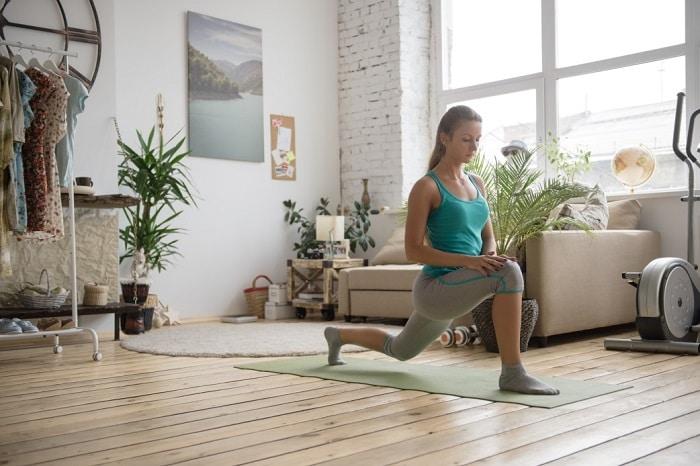 Có thể tự tập yoga tại nhà theo các video hướng dẫn.
