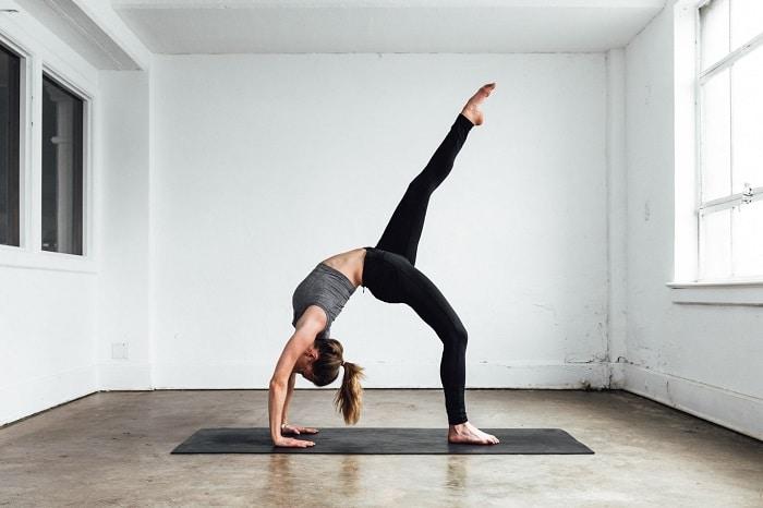Các bài tập yoga từ chậm chậm nhưng có thể đốt cháy mỡ thừa và giúp bạn giảm cân.