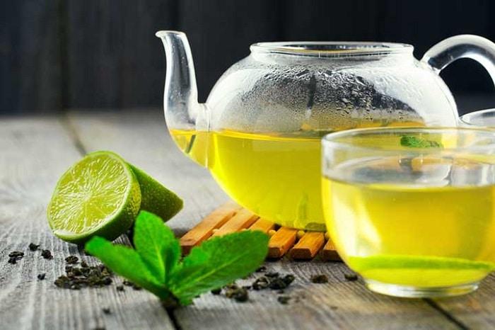 Uống trà xanh với chanh cũng là giúp giảm cân.