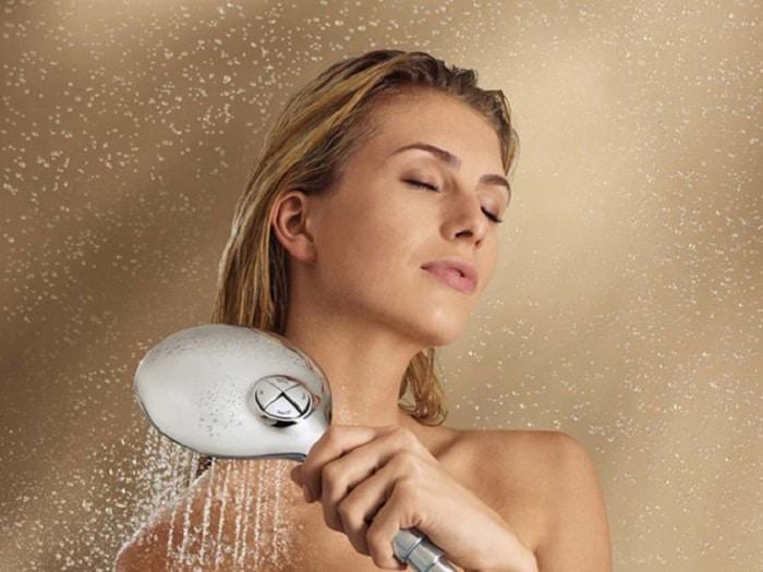 Tắm nước nóng, lạnh luân phiên cũng giúp bạn cải thiện vòng 1 thêm căng tròn, săn chắc.