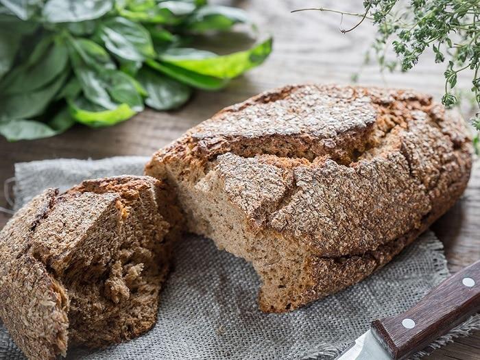Bánh mì nguyên hạt, nguyên cám không chỉ nhiều dinh dưỡng mà còn giúp bạn giảm cân.