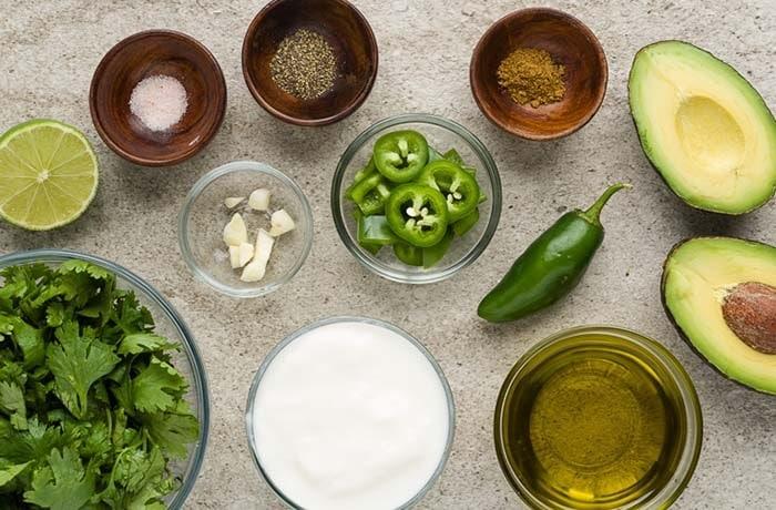 Nguyên liệu làm nước sốt bơ trộn salad.