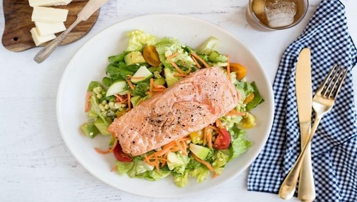 Salad bơ và cá hồi nướng.