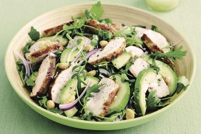 Salad bơ và thịt ức gà cũng là một gợi ý để bạn thêm vào thực đơn giảm cân của mình.