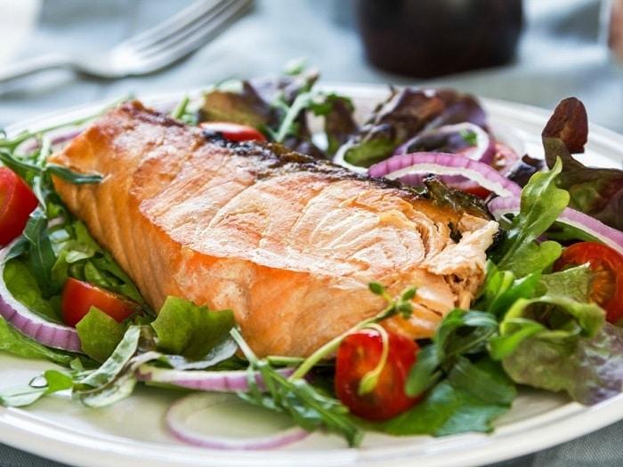 Cá hồi là một trong những loại cá chứa axit béo tốt có khả năng giúp bạn giảm mỡ bụng dưới nhanh nhất.