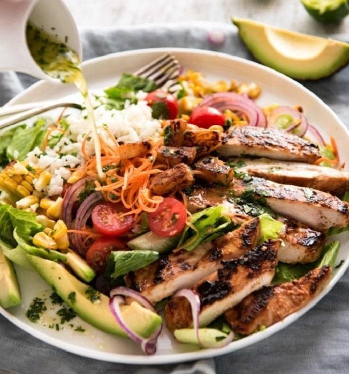Salad ức gà nướng.