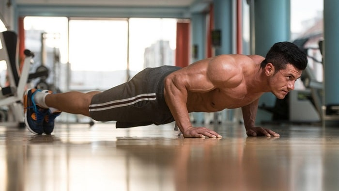 Bài tập hít đất quen thuộc nhưng cũng vô dùng hiệu quả nếu muốn tăng cân.