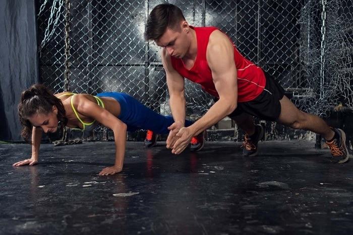 Khởi động kỹ trước khi tập gym.