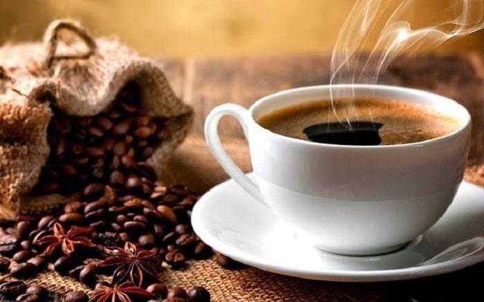 Nên uống cà phê đen nóng và không bỏ thêm đường hoặc sữa.