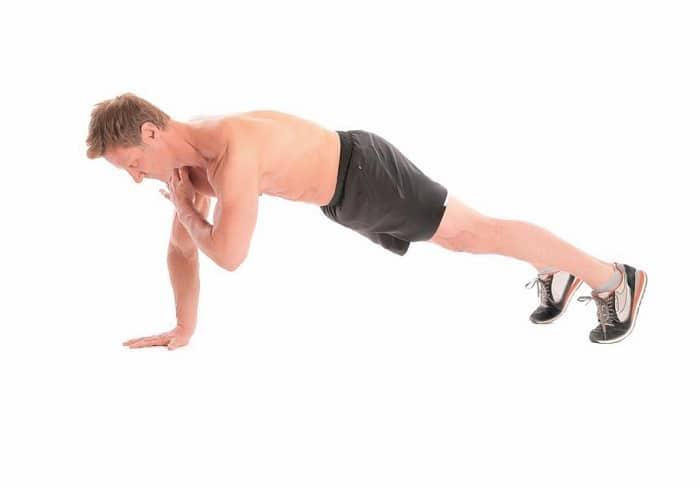 Hít đất là bài tập quen thuộc đối với nam để giảm mỡ bụng, giảm cân.