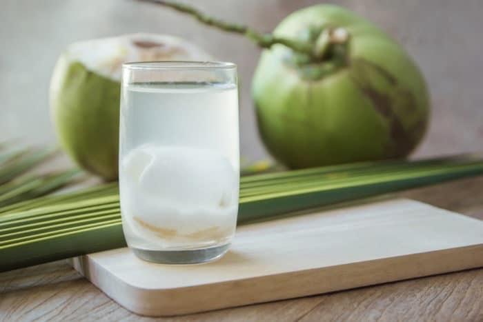 Uống nước dừa giúp thanh lọc cơ thể và giúp bạn giảm cân.