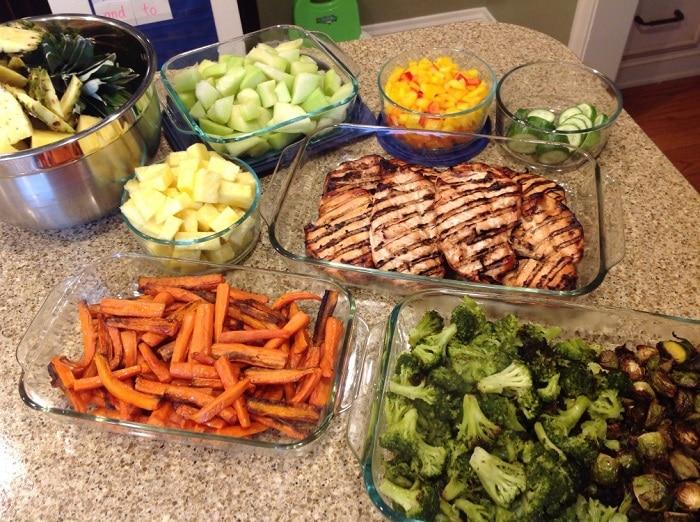 Chế độ ăn Eat Clean giúp bạn bổ sung nhiều rau củ, trái cây và hạn chế thực phẩm đóng hộp.