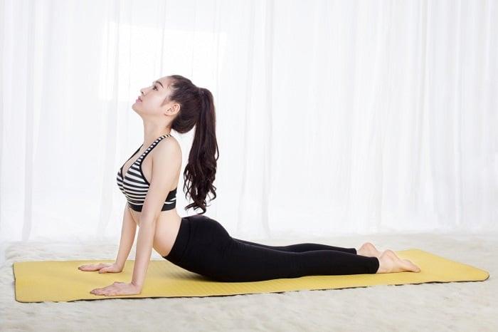 Tư thế rắn hổ giảm mỡ bụng trong Yoga