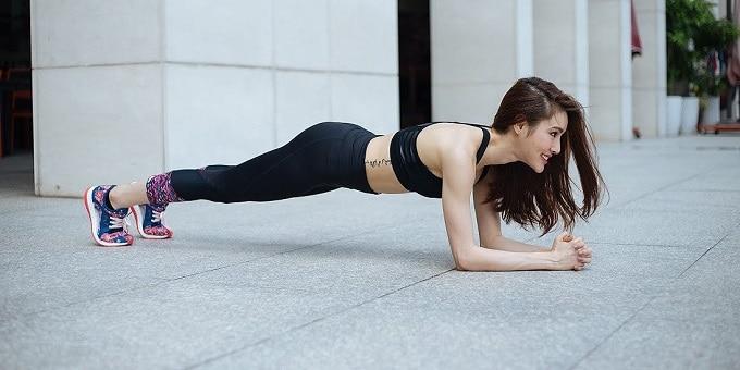 Tập Gym cho người mới bắt đầu với bài tập gập bụng.