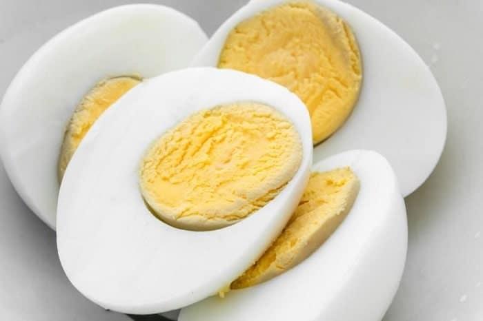 Cứ khoảng 100g trứng gà thì chứa 155,1 Kcal.