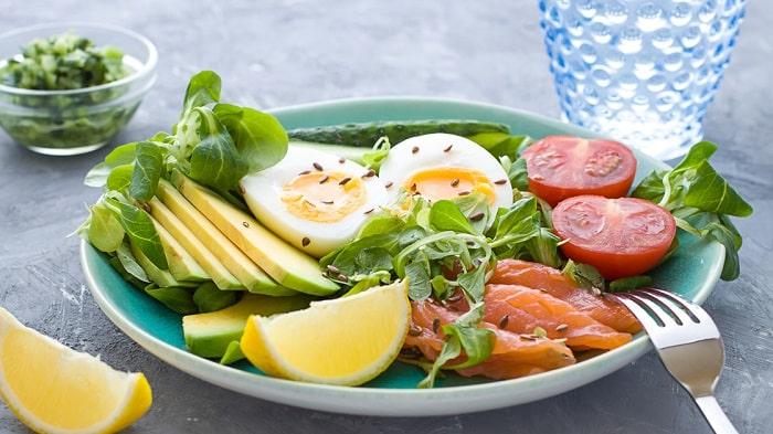 Đơn giản với trứng, cá hồi và rau xanh.