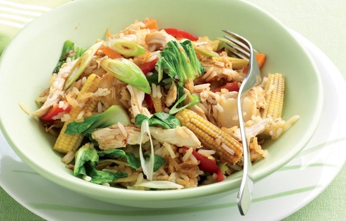 Trộn cơm gạo lứt cùng cá hồi thêm một chút rau củ.