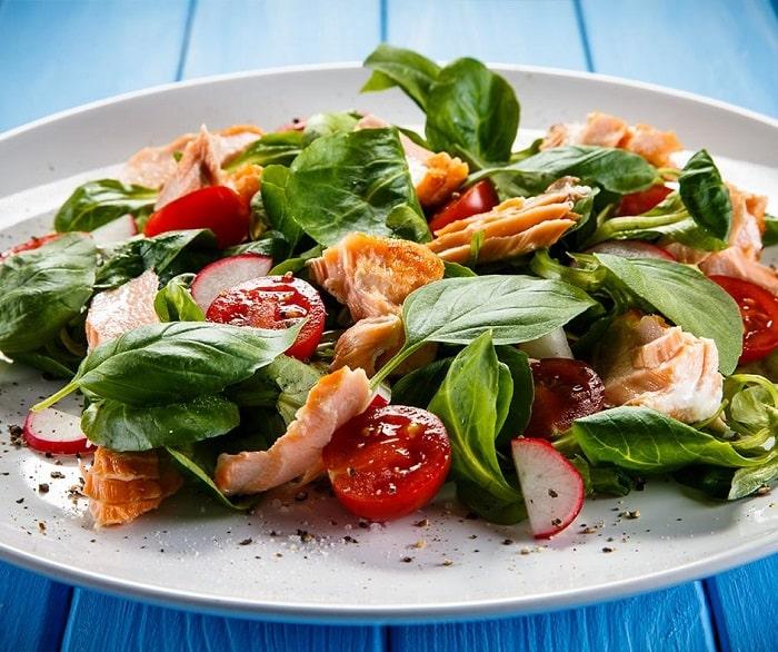 Salad cá hồi cùng rau xanh, cà chua.