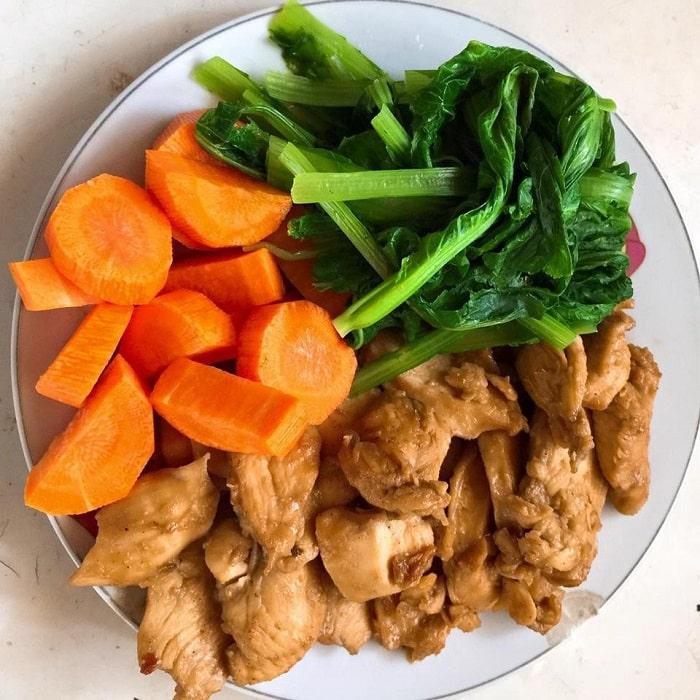 Thịt gà cùng rau củ luộc.