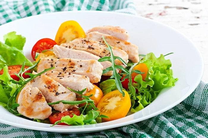 Salad ức gà, cà chua, rau xà lách.