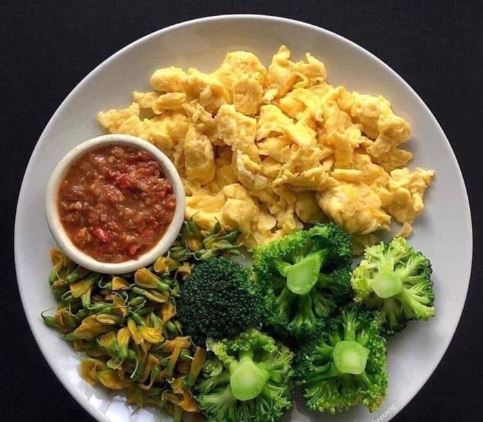 Bông cải xanh và trứng chiên.
