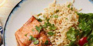 Cơm gạo lứt cùng cá hồi.