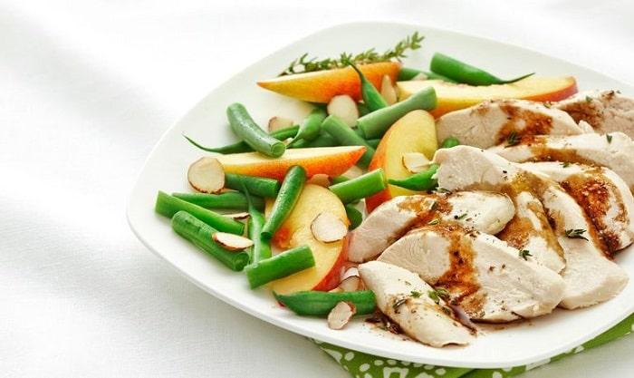 Thay đổi cách chế biến thực đơn giảm cân cùng ức gà luộc và rau xanh luộc.