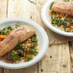 Cá hồi cùng cơm gạo lứt gợi ý thực đơn ăn gì để giảm mỡ bụng dành cho bạn.