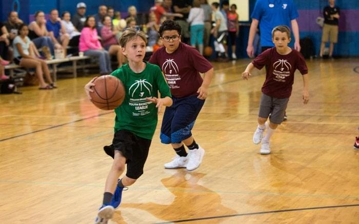 Khuyến khích trẻ em vận động và tham gia các môn thể thao như bóng rổ, bơi lội, đạp xe,... để giúp con vừa giảm mỡ bụng mà còn phát triển chiều cao.