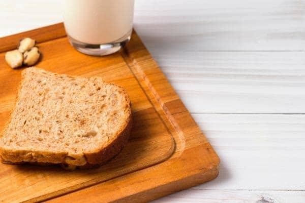 Bánh mì và 1 ly sữa cho bữa sáng để giảm cân cùng với thực đơn với Herbalife.